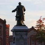 La statue Godin au centre du Familistère